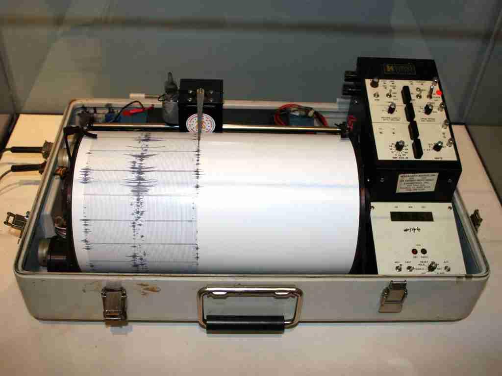 Alat untuk mengukur gempa seismometer seismograf