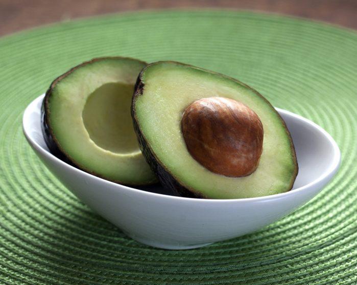 Daging buah apokat (alpukat) untuk mengobati sariawan