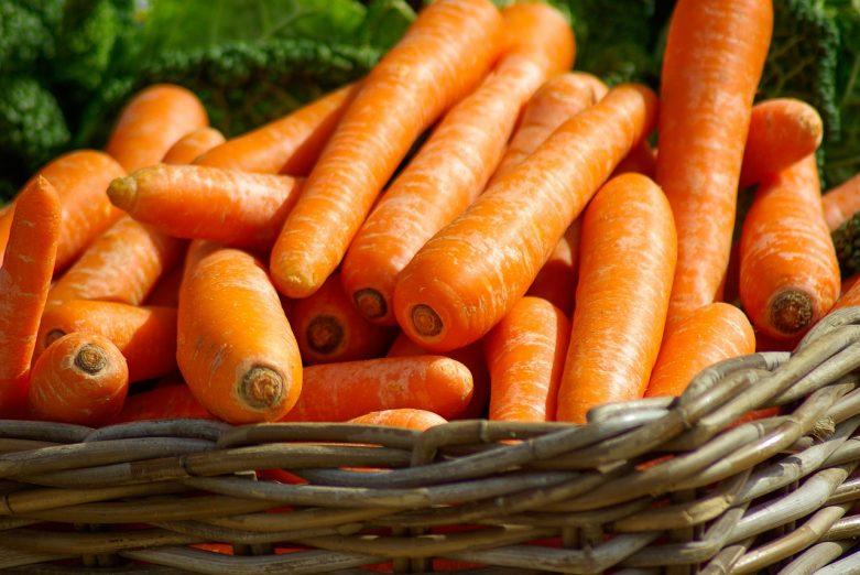 Makanan yang mengandung vitamin A Tinggi hati (sapi, babi, ayam, kalkun, ikan) (6500 mg 722%) wortel (835 ug 93%) brokoli daun (800 mg 89%) ubi jalar (709 mg 79%) mentega (684 mg 76%) kangkung (681 ug 76%) bayam (469 ug 52%) labu (400 mg 41%) collard hijau (333 mg 37%) Keju cheddar (265 mg 29%) melon melon (169 mg 19%) telur (140 mg 16%) aprikot (96 mg 11%) pepaya (55 mg 6%) mangga (38 mg 4%) kacang (38 mg 4%) brokoli (31 mg 3%) susu (28 mg 3%)