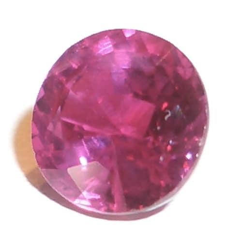Warna merah pada rubi berasal dari komponen renik kromium