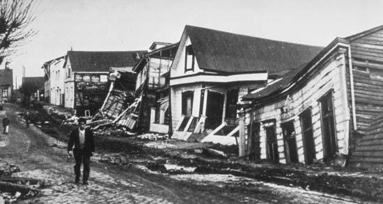 Rumah di Valdivia, Cile, hancur akibat gempa tahun 1960.