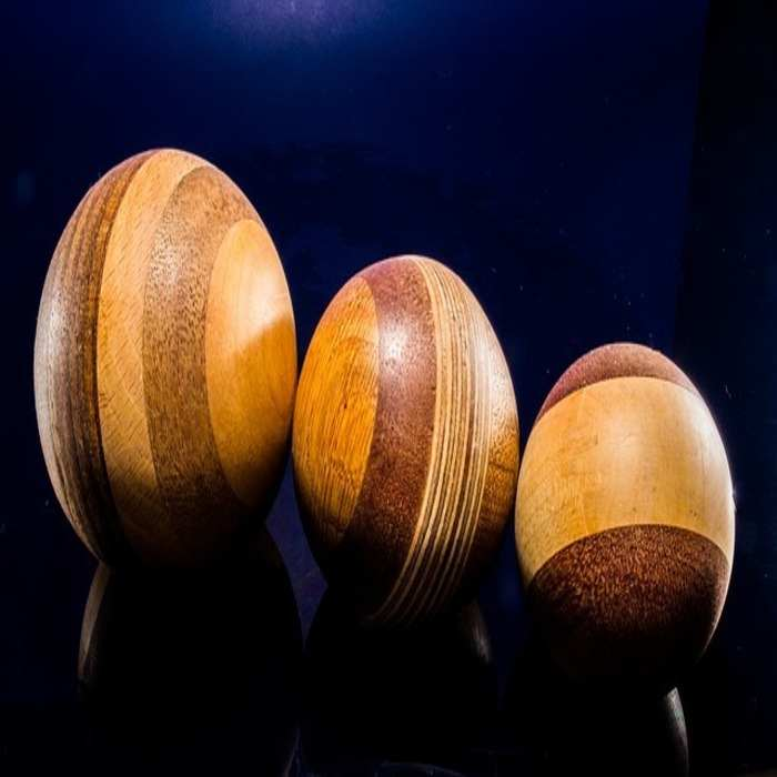 Seniman dapat menggunakan kayu sebagai bahan pembuatan pahatan