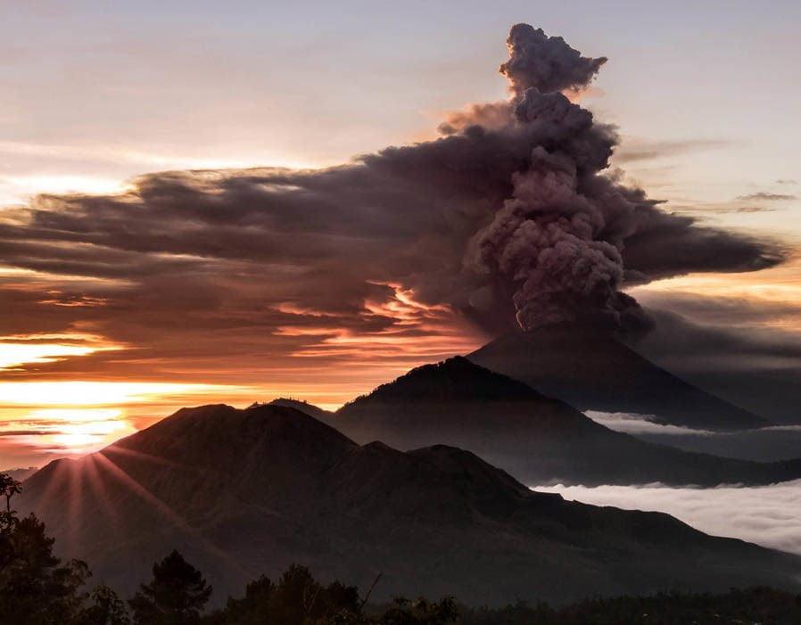 Gunung Agung terlihat seperti asap asap dan abu di Bali, Indonesia