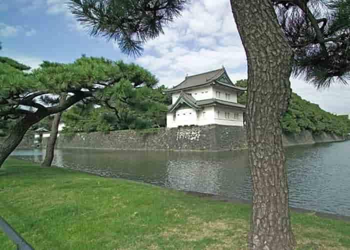 Pemandangan menara penjaga dan Gerbang Timur Istana Kekaisaran