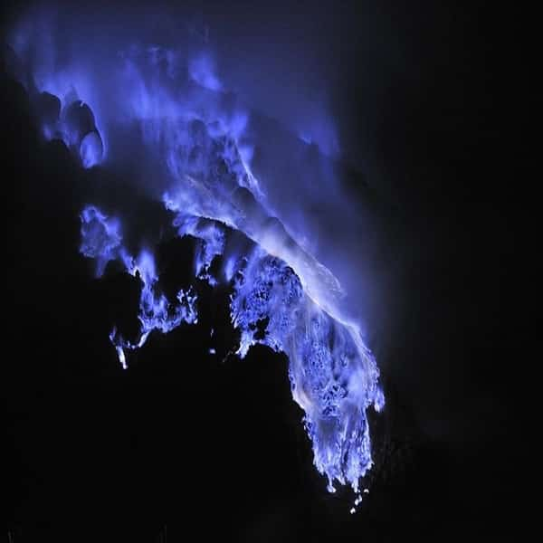 Api Biru Di Gunung Kawah Ijen