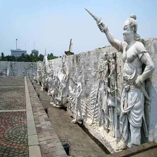 Kerajaan Majapahit digambarkan termasuk Gajah Mada di kanan terdekat