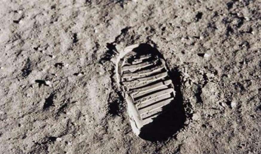 Astronaut Buzz Aldrin mengambil foto ini dari sebuah cetakan kaki di planet Bulan pada tahun 1969