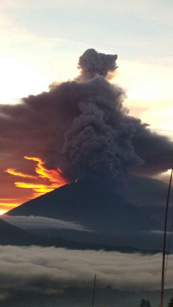 Erupsi Gunung Agung difoto dari sektor timur di Desa Batur Kintamani