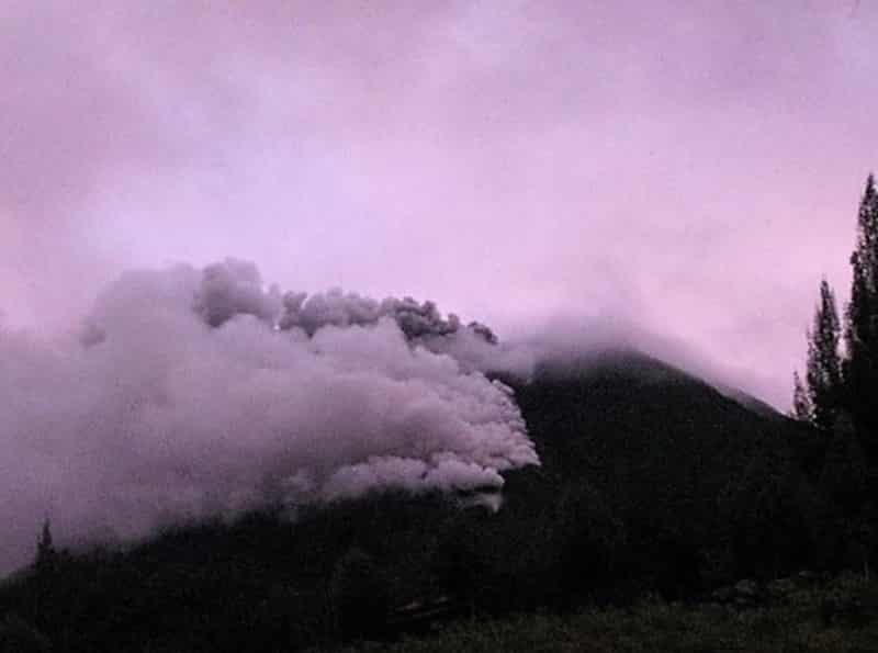 Letusan Gunung Sinabung 23 Oktober 2013 dilihat dari Lau Kawar
