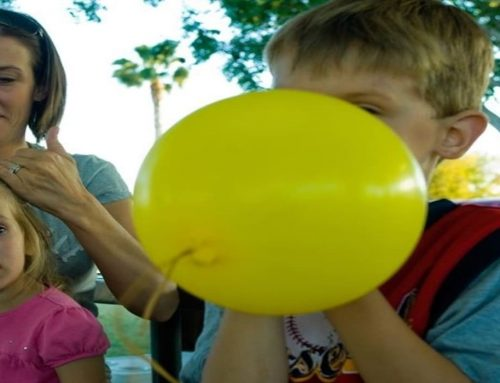 Mengapa setelah menghirup gas helium suara seseorang terdengar sangat nyaring?