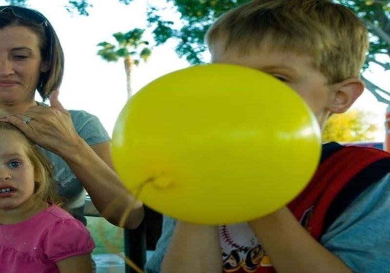 Menghirup gas helium