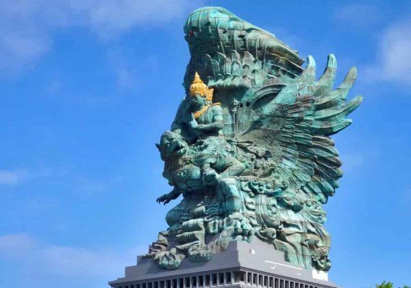 Monumen Garuda wisnu kencana (GWK). Patung Garuda setinggi 122 meter (400,3 kaki) sebagai wahana Wisnu