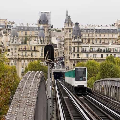 Paris metro pont de Bir Hakeim