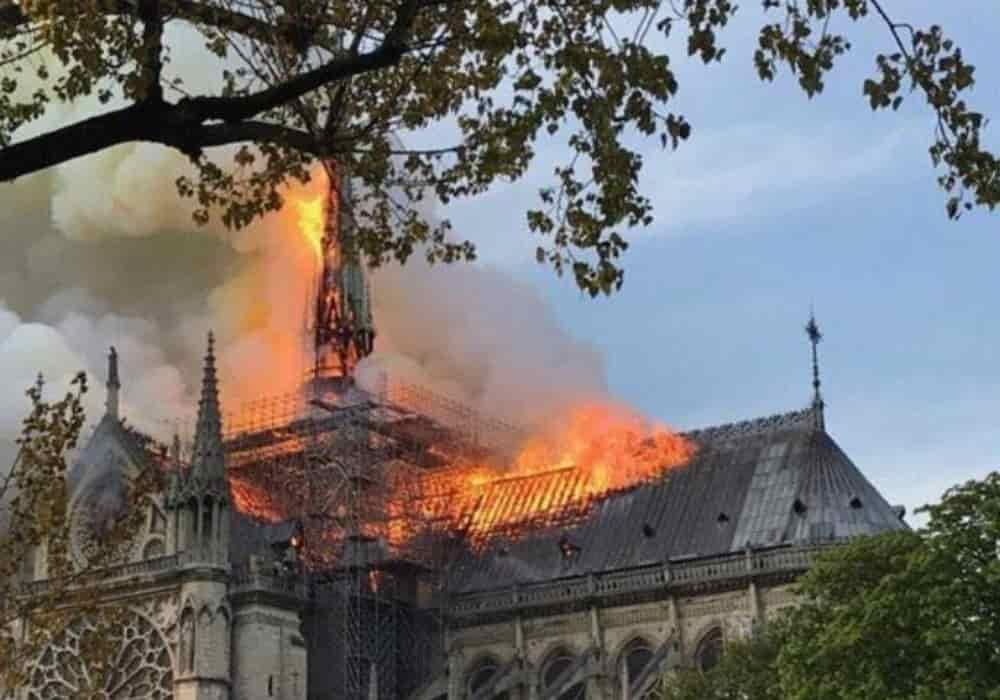 Notre Dame de Paris Terbakar - Gereja Katedral Gotik Terbakar Dengan Tragisnya - Senin 15 April 2019