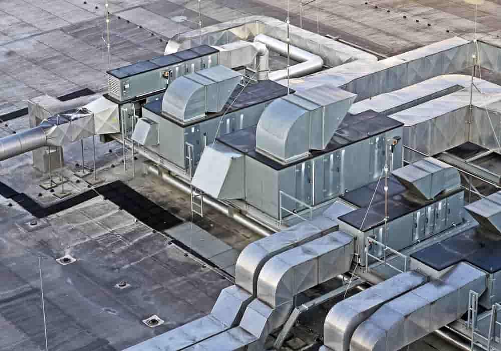 Contoh gambar penangkal petir di atap sebuah gedung yang berdekatan dengan ventilasi AC.