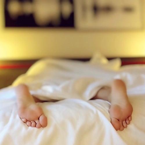 Kaki Bergerak Tak Terkontrol atau Sindroma Kaki Gelisah (Restless Legs Syndrome) – Penjelasan, Penyebab, Gejala, Pengobatan