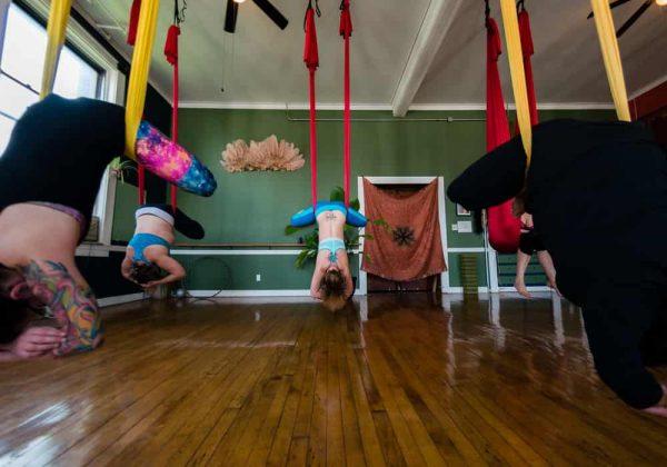 Contoh pose fly yoga aerial yoga