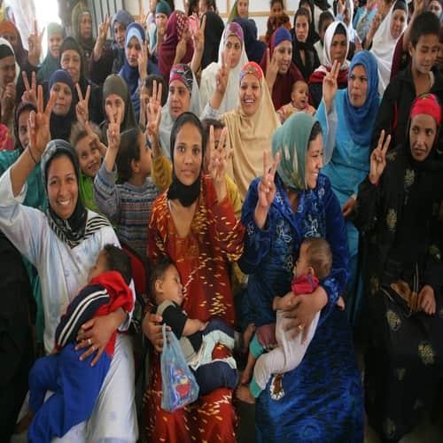Wanita mengangkat tangan mereka dalam tanda 'perdamaian' yang populer secara universal, selama sesi tentang bahaya sunat wanita (FGM), di Alexandria, Mesir