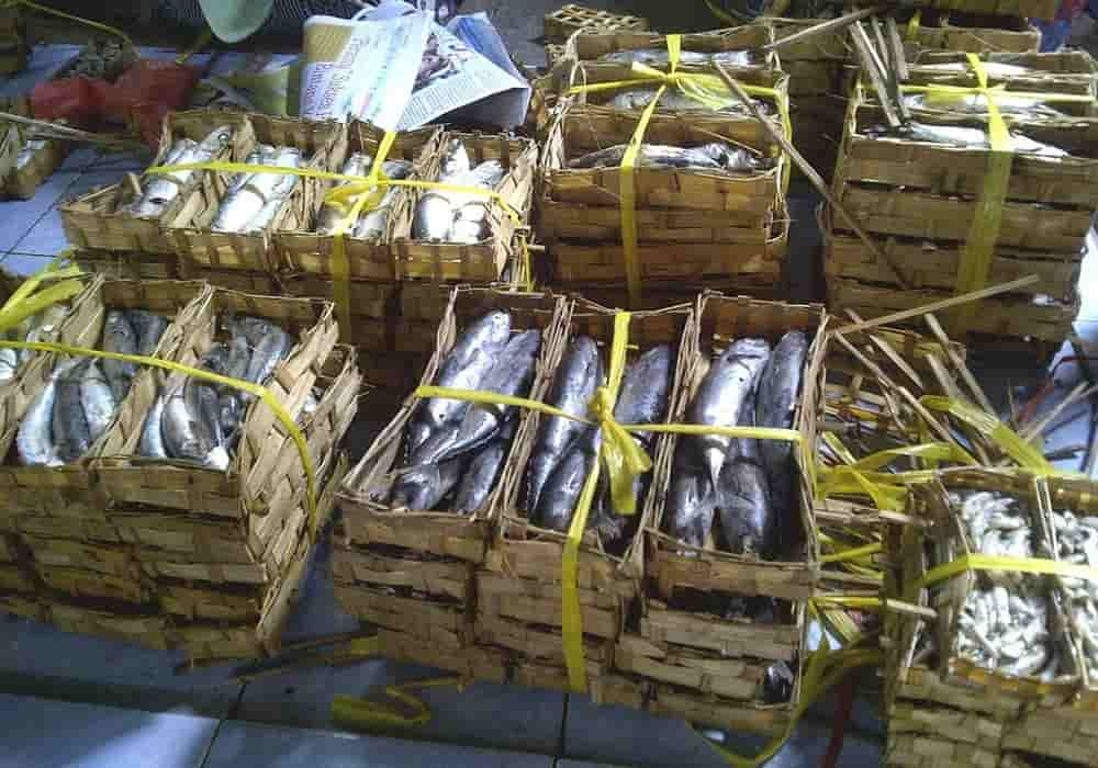 Ikan pindang dengan kemasan bambu banyak dijual di pasar tradisional Kalibaru di Banyuwangi, Jawa Timur
