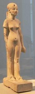 Sosok Nefertiti yang berdiri teguh; Batu gamping; Amarna; Kerajaan Baru, dinasti ke-18; c. 1345 SM. Museum Mesir Berlin, No. Inv. tidak. 21263.
