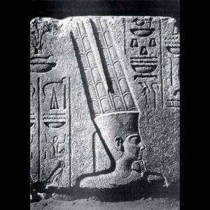 Amun-Ra, dewa utama dari Triad Theban. Relief dari kompleks kuil Karnak. Tanggal sekitar 1450 SM.