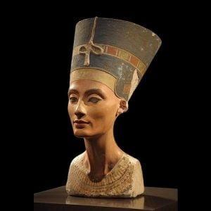 Nefertiti patung dada mesir kuno