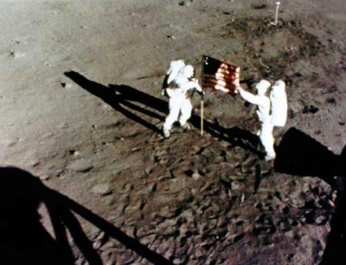 Apollo 11 misi program luar angkasa pertama manusia mendarat di Bulan tahun 1969