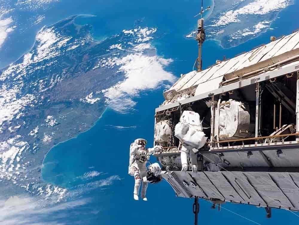 Astronot berjalan di luar angkasa ISS
