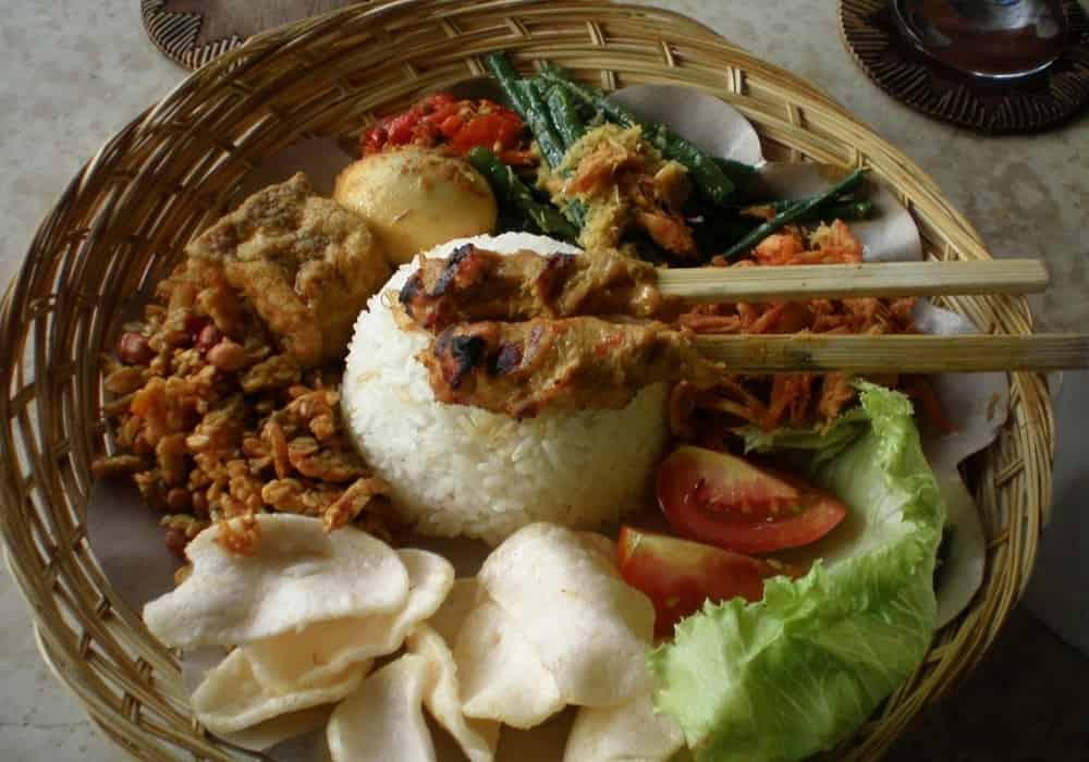 Nasi campur makanan indonesia
