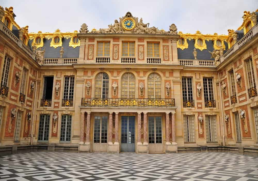 Marble court and fasad di Istana Versailles