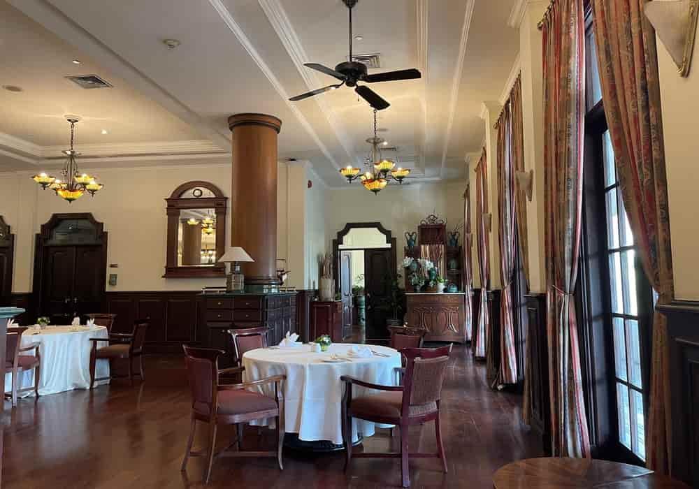 Restoran Sarkies dengan banyak hidangan pilihan (Indonesia, Asia, atau Barat) berada tepat di samping gedung