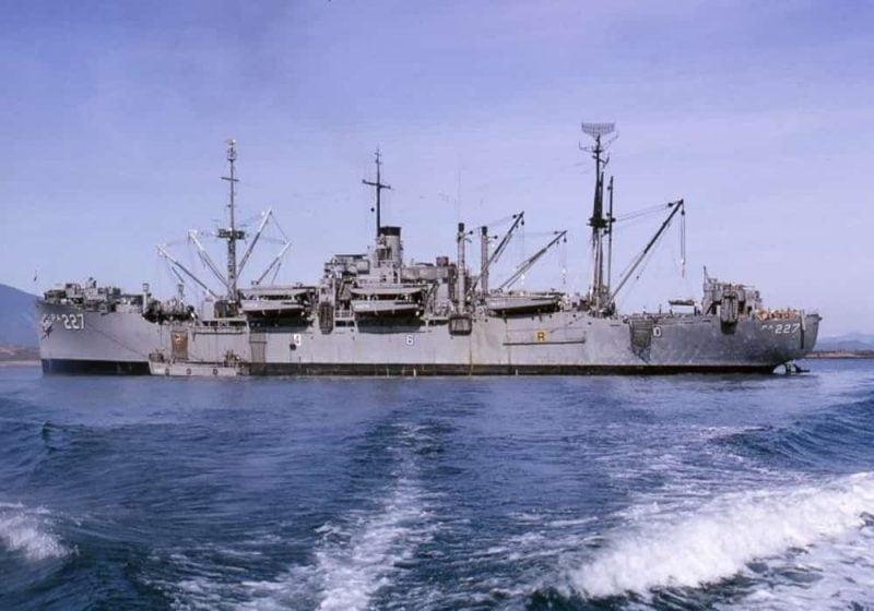 USS Renville (APA-227) berlabuh di lepas pantai Vietnam Selatan, 1966
