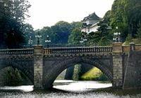 Jembatan Nijubashi di kompleks Istana Raja Jepang di Tokyo. Dari esplanade istana, Anda dapat melihat jembatan Nijubashi dengan menara Fushimi-yagura putih di latar belakangnya.