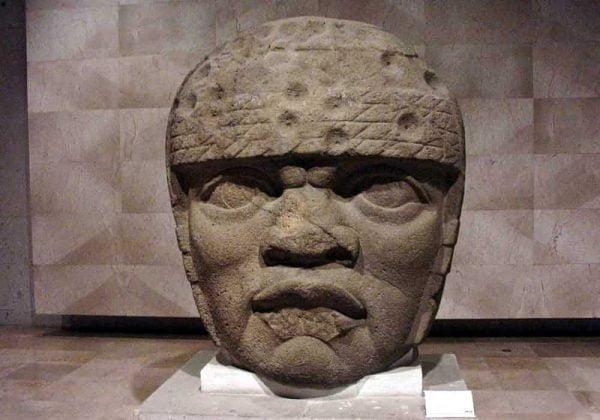 Kepala raksasa perabadan Olmek. Monumen San Lorenzo 3 (juga dikenal sebagai Colossal Head 3). Tinggi: 178cm. Museum Antropologi Xalapa