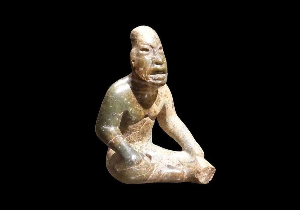 Patung Olmec sosok seorang pria antara abad ke-13 dan abad ke-10 SM